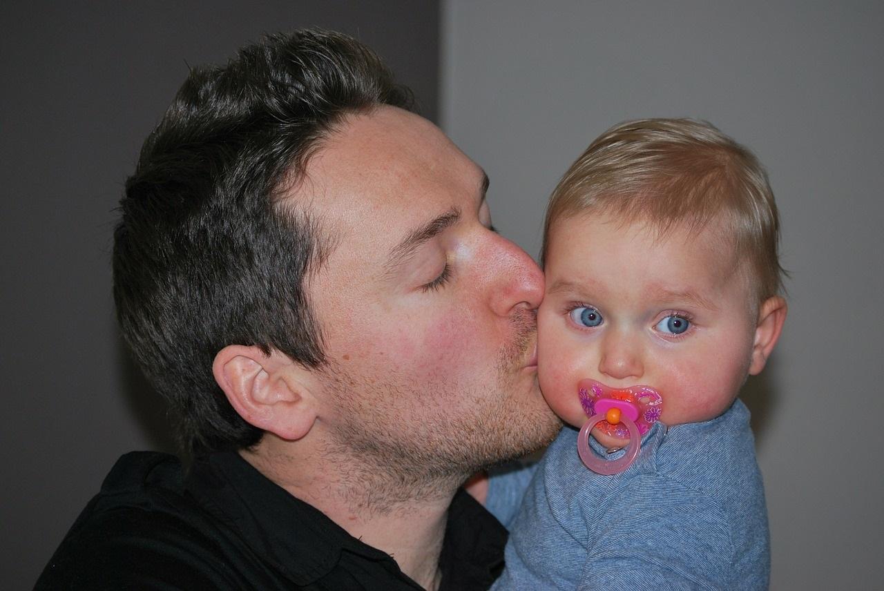 Junge alleinerziehende Väter